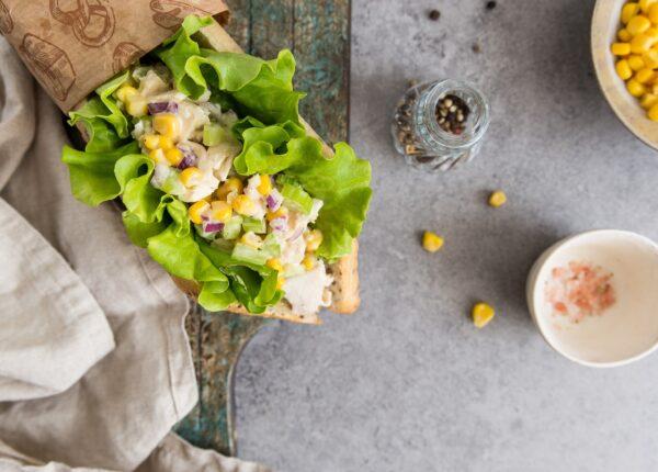 Sandwich z sałatką z kukurydzy i kurczaka