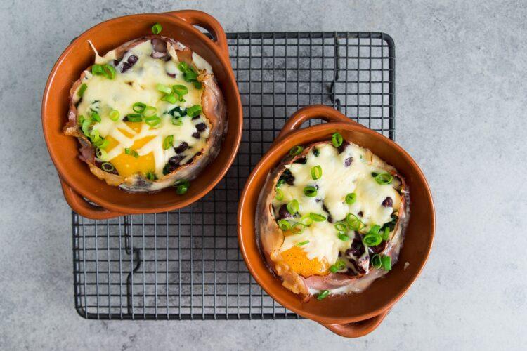 Jajka zapiekane z boczkiem i szpinakiem - Krok 4