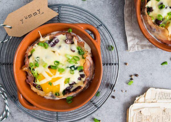 Jajka zapiekane z boczkiem i szpinakiem