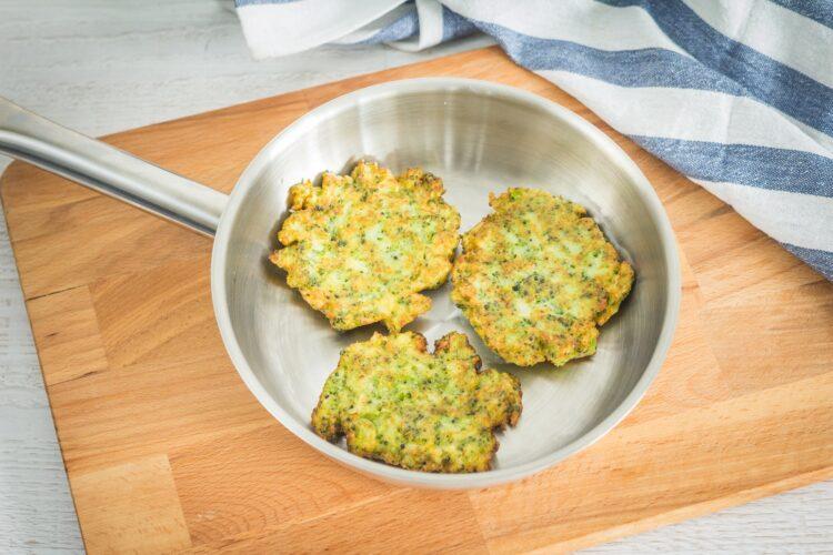 Brokułowe racuszki z bekonem i jajkiem sadzonym - Krok 3