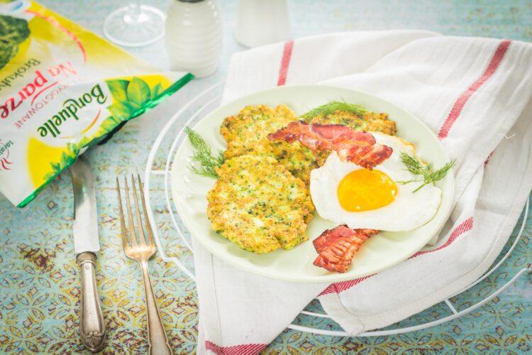 Brokułowe racuszki z bekonem i jajkiem sadzonym