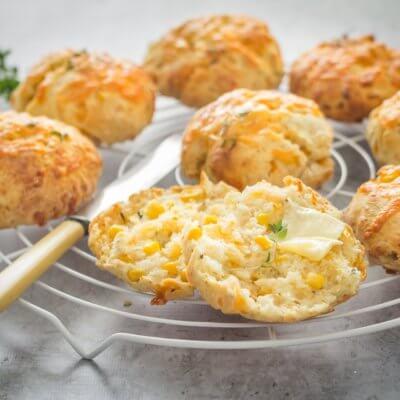 Serowe scones z kukurydzą