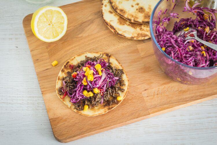 Tacos z mieloną wołowiną i pikantną surówką z czerwonej kapusty z kukurydzą - Krok 5