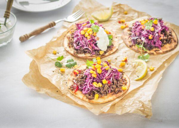 Tacos z mieloną wołowiną i pikantną surówką z czerwonej kapusty z kukurydzą