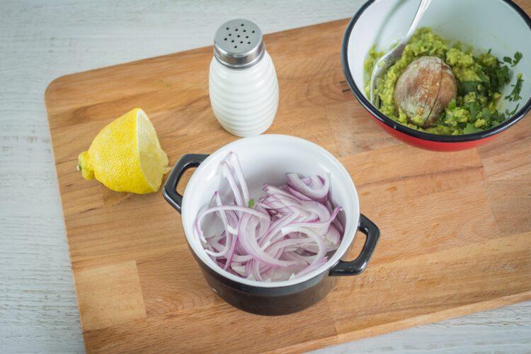 Racuszki kukurydziane z guacamole i czerwoną cebulą - Krok 3
