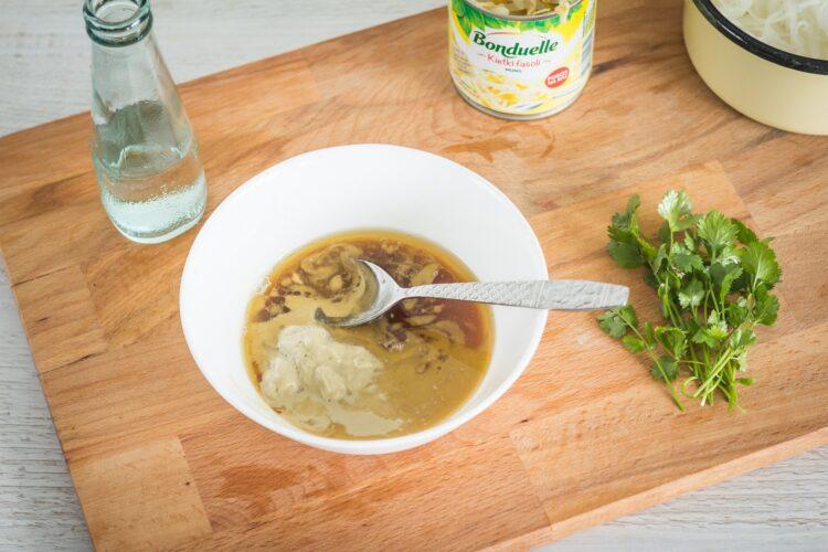 Azjatycka sałatka z makaronu ryżowego z kiełkami fasoli mung - Krok 3