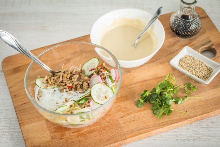 Azjatycka sałatka z makaronu ryżowego z kiełkami fasoli mung - Krok 5