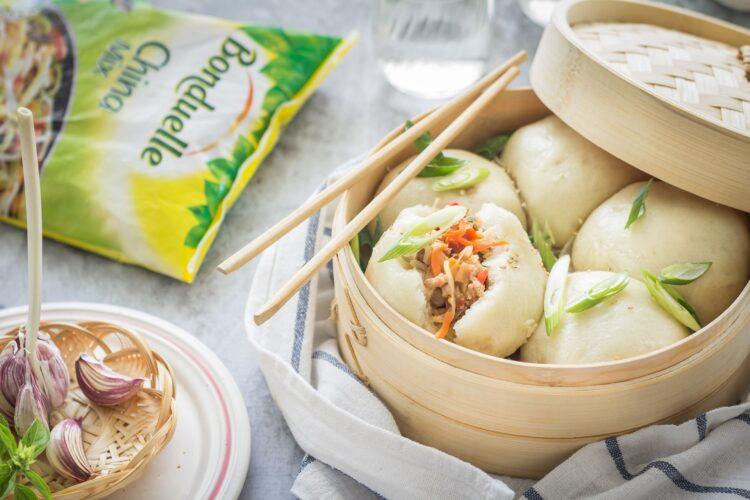 Drożdżowe bułeczki na parze z wieprzowiną i mieszanką chińską
