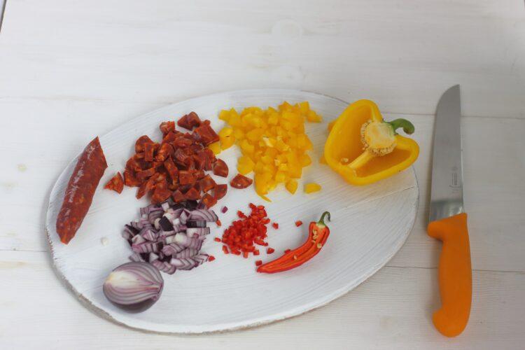 Pierożki empanadas z chorizo i czerwoną fasolą - Krok 1