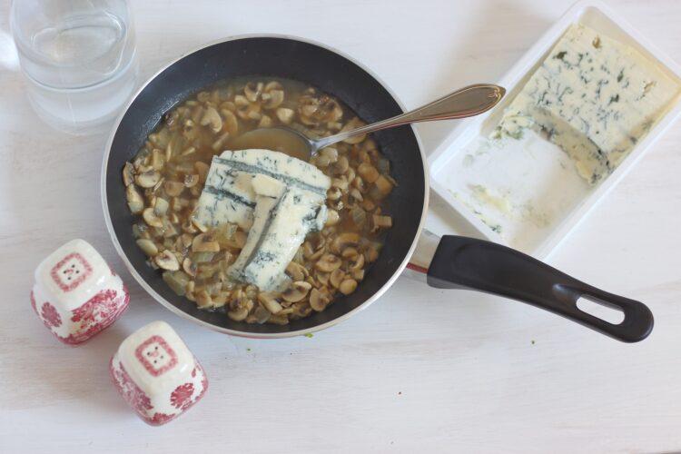 Placki z brokułów z sosem pieczarkowym z gorgonzolą - Krok 6
