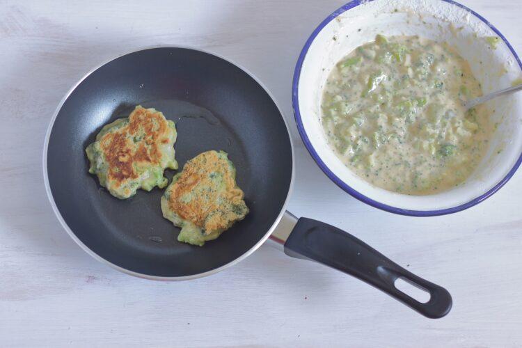Placki z brokułów z sosem pieczarkowym z gorgonzolą - Krok 4