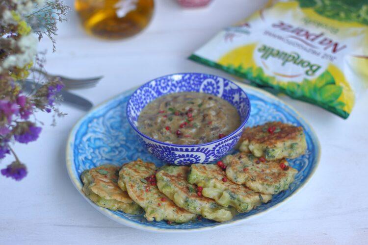 Placki z brokułów z sosem pieczarkowym z gorgonzolą