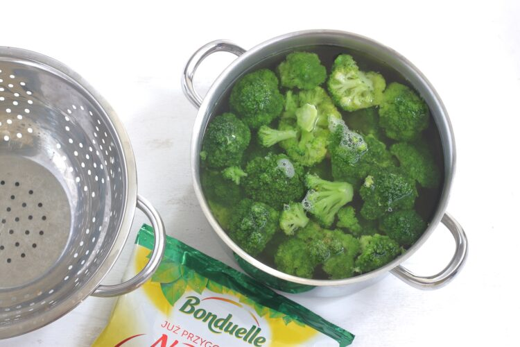 Sałatka brokułowa ze słonecznikiem i fetą - Krok 1
