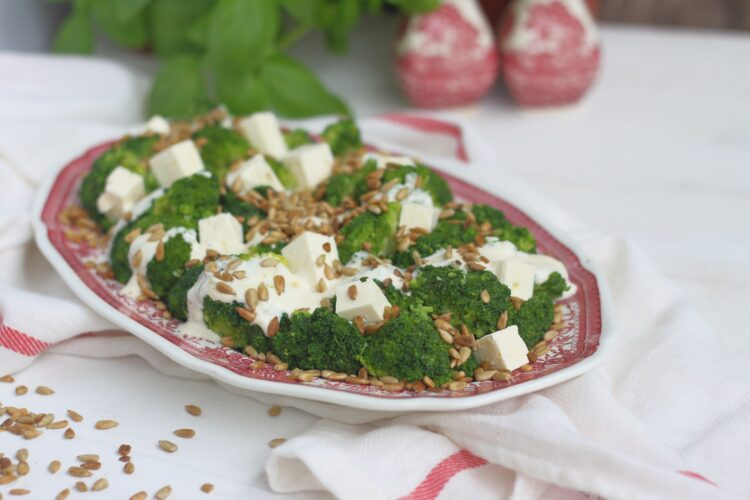 Sałatka brokułowa ze słonecznikiem i fetą - Krok 5
