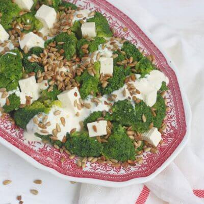 Sałatka brokułowa ze słonecznikiem i fetą