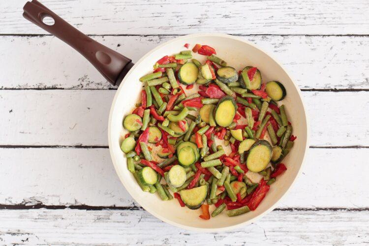 Soczysty filet z kurczaka z warzywami - Krok 4