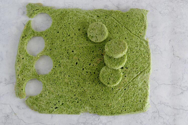 Szpinakowe minibiszkopciki z kremem i owocami - Krok 5
