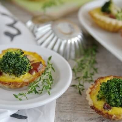 Kruche babeczki z boczkiem, brokułami i serem