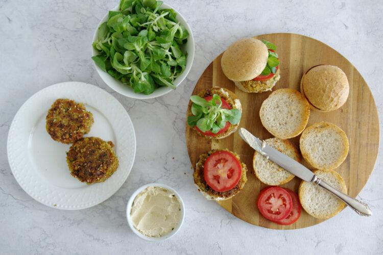 Miniburgery z kotletem z ciecierzycy i hummusem - Krok 6