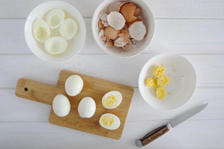 Jajka faszerowane na zielono z awokado i szpinakiem - Krok 3