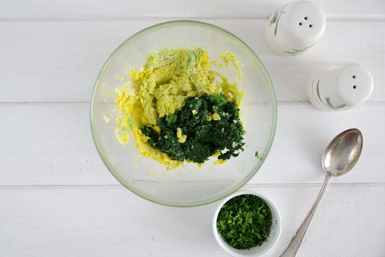 Jajka faszerowane na zielono z awokado i szpinakiem - Krok 5