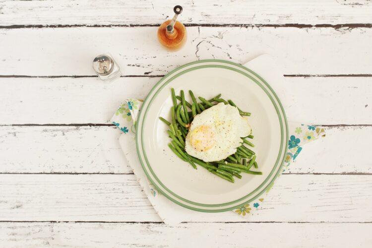 Fasolka szparagowa z jajkiem sadzonym - Krok 4