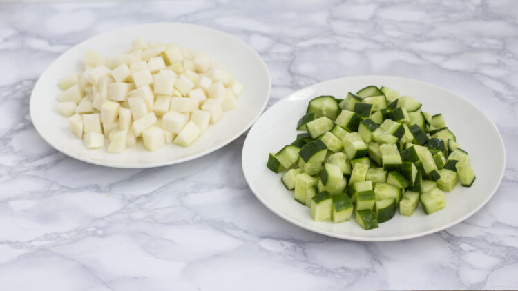 Chrupiąca zielona sałatka z ogórkiem, kalarepą i brokułem - Krok 1