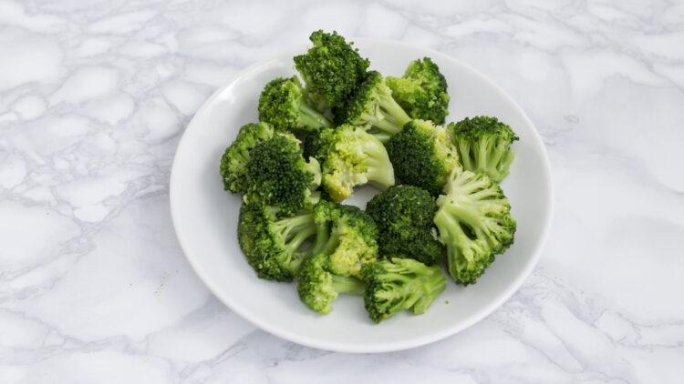 Chrupiąca zielona sałatka z ogórkiem, kalarepą i brokułem - Krok 2