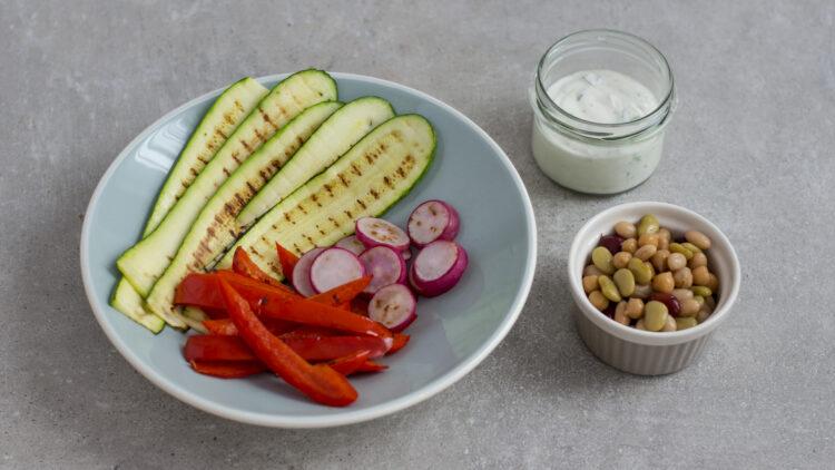 Tacos z grillowanymi warzywami, ciecierzycą, fasolą i kiełkami i sosem na bazie jogurtu greckiego - Krok 2