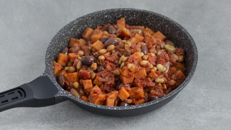 Marokańskie danie z jednej patelni z pomidorami, oliwkami, ciecierzycą, fasolą i batatem - Krok 3