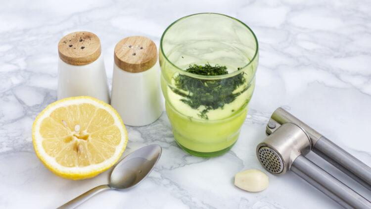 Chrupiąca zielona sałatka z ogórkiem, kalarepą i brokułem - Krok 3