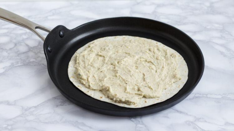 Quesadilla z pastą z białej fasoli z awokado i jarmużem - Krok 3
