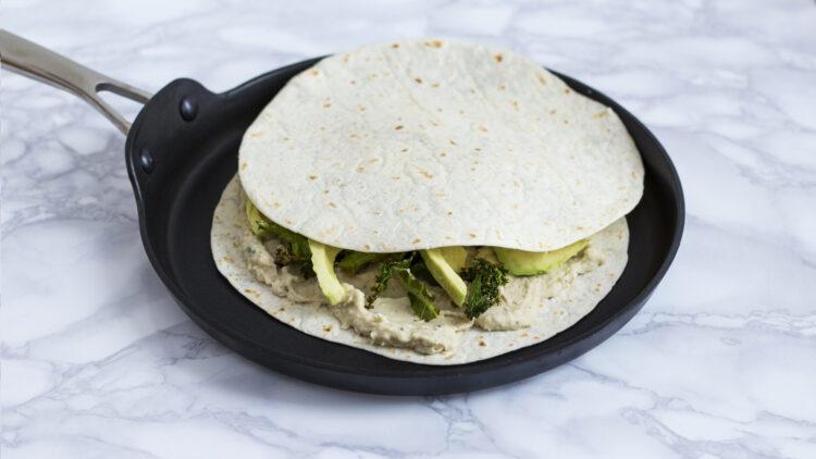 Quesadilla z pastą z białej fasoli z awokado i jarmużem - Krok 4