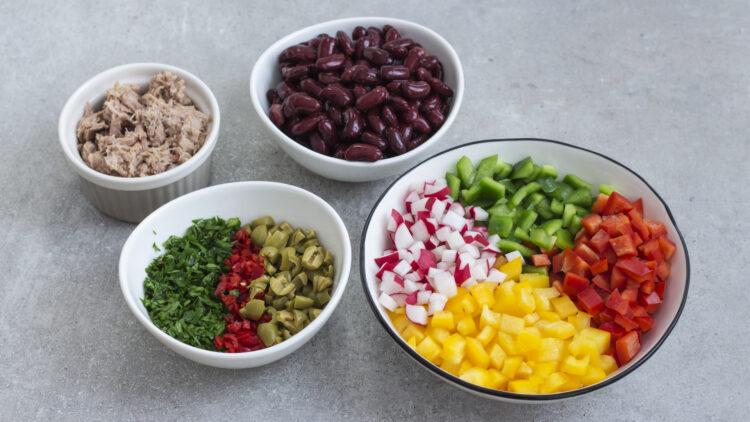 Sałatka z tuńczyka z drobno siekanymi warzywami i czerwoną fasolą - Krok 1