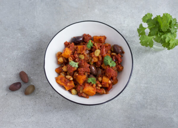 Marokan�skie danie z jednej patelni z pomidorami, oliwkami, ciecierzycą, fasolą i batatem