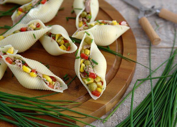 Sałatka z tuńczykiem w muszlach makaronowych
