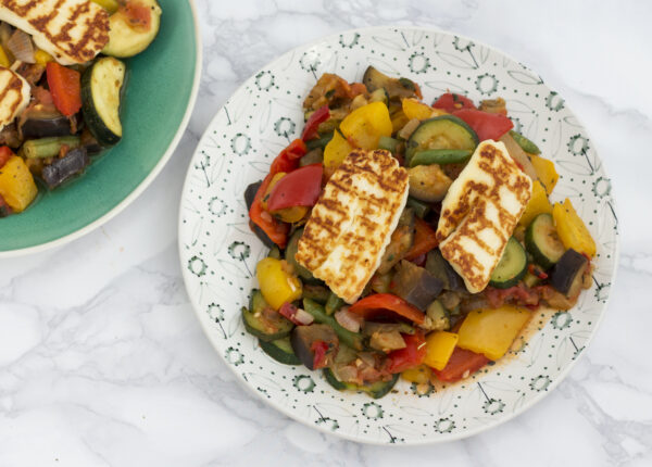 Grillowany ser halloumi na ratatouille z miksem warzyw