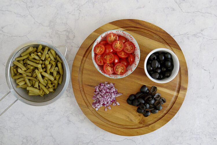 Sałatka nicejska w liściach sałaty rzymskiej - Krok 2