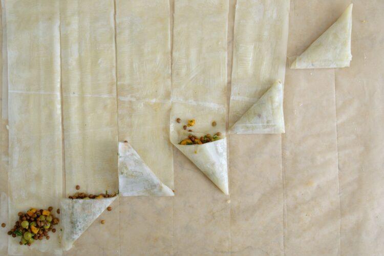 Trójkąty z soczewicą, groszkiem i ziołami - Krok 4