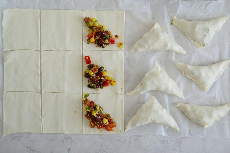 Meksykańskie trójkąty z ciasta francuskiego z chorizo i fasolą - Krok 4