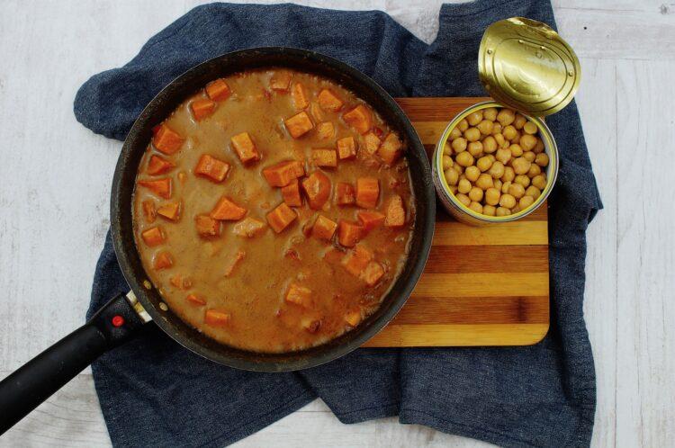 Curry z ciecierzycą i batatami - Krok 4
