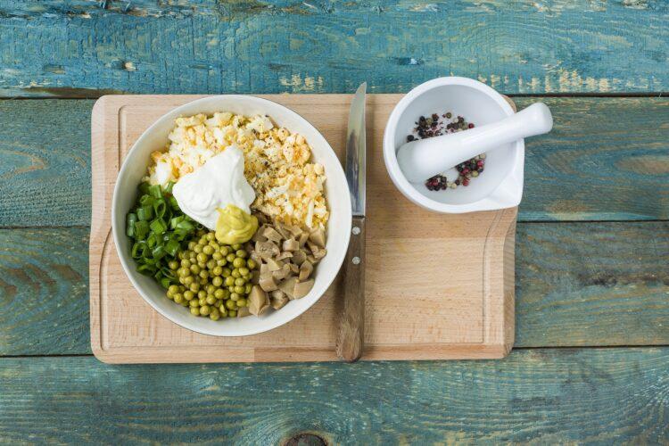 Jajka w skorupkach z groszkiem i pieczarkami - Krok 4