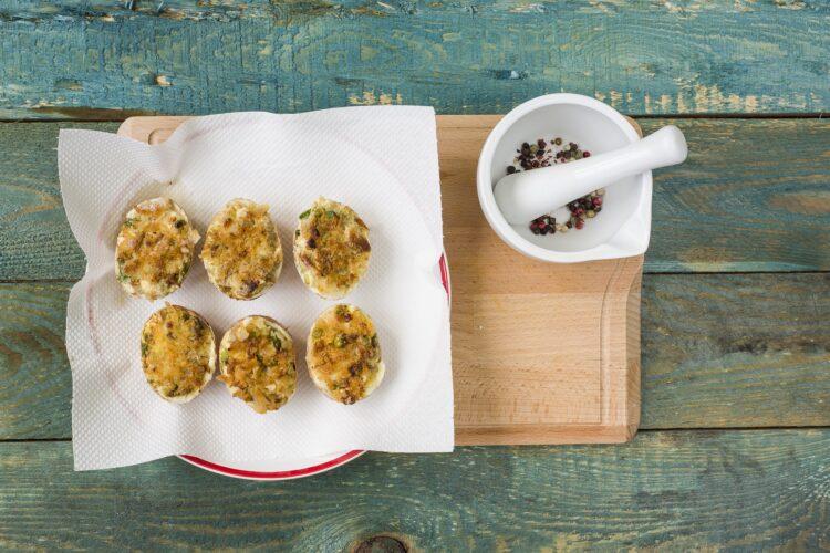 Jajka w skorupkach z groszkiem i pieczarkami - Krok 6