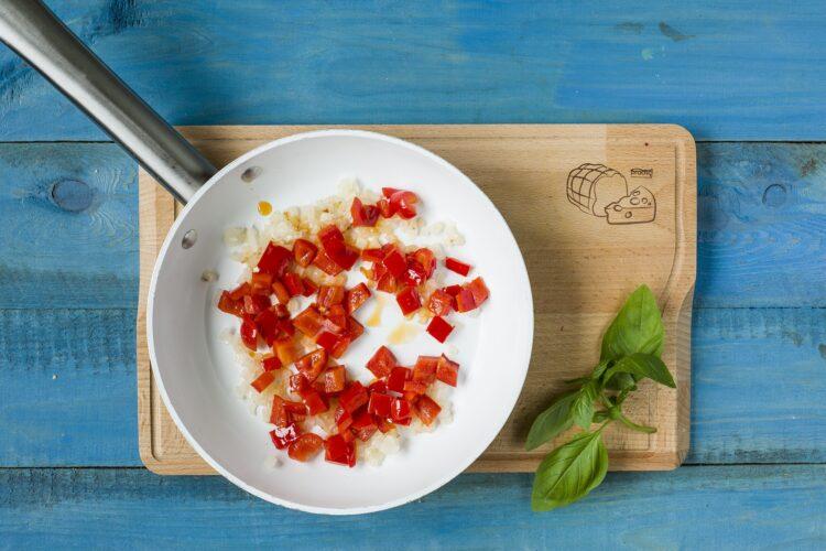 Biała kiełbasa z sałatką fasolową na ciepło - Krok 4