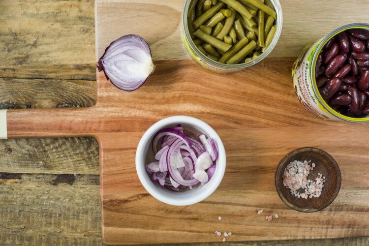 Sałatka ziemniaczana z makrelą i fasolą - Krok 2