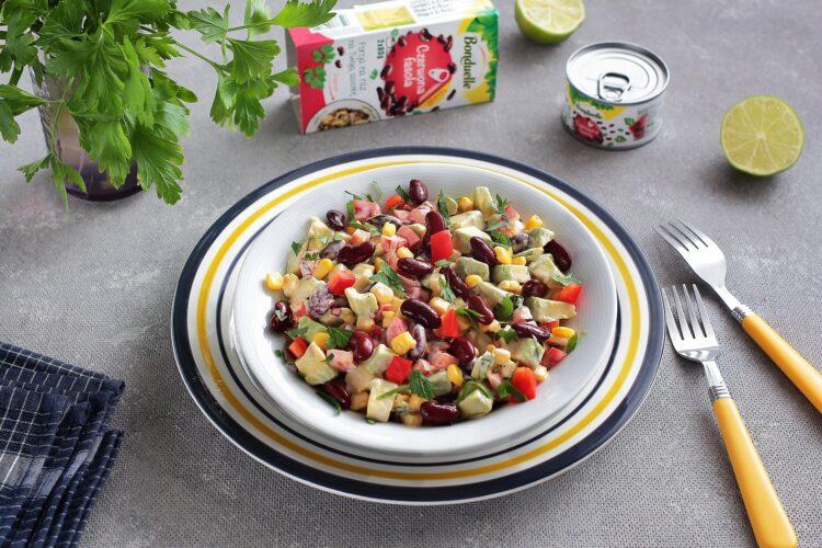 Sałatka meksykańska z czerwoną fasolą i awokado