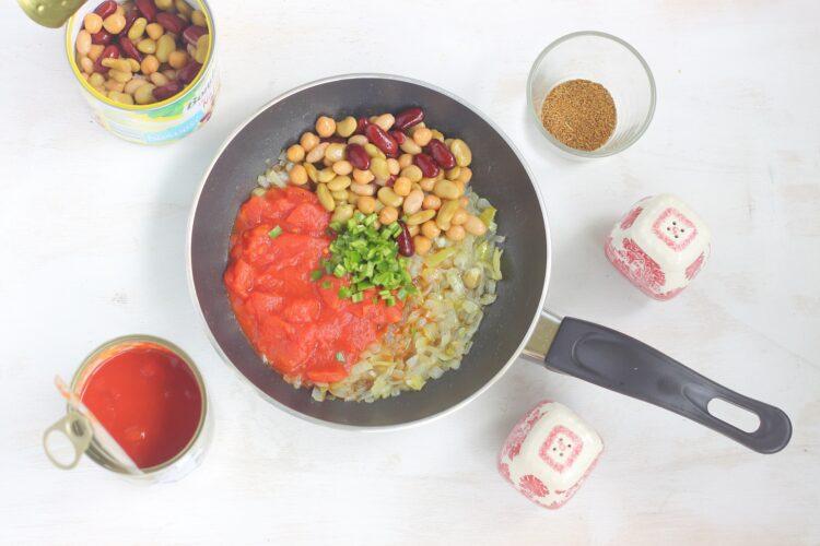 Tostadas z pomidorami, fasolą i cieciorką - Krok 1