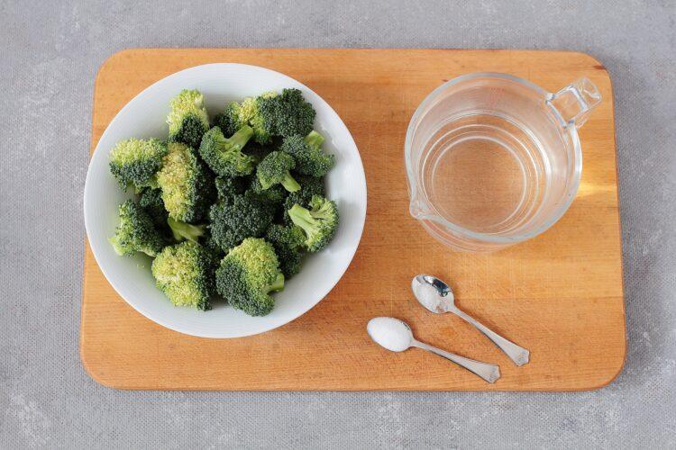Sałatka brokułowa z ciecierzycą i jajkiem - Krok 1