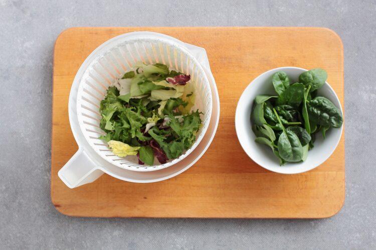 Sałatka fasolowa ze szpinakiem i awokado - Krok 1