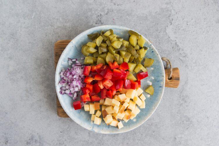 Sałatka z kaszy gryczanej i wędzonego sera - Krok 2